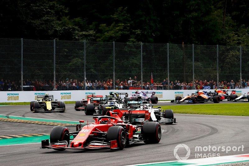 Charles Leclerc, Ferrari SF90 mène Lewis Hamilton, Mercedes W10 et Valtteri Bottas, Mercedes W10 à la deuxième chicane du premier tour