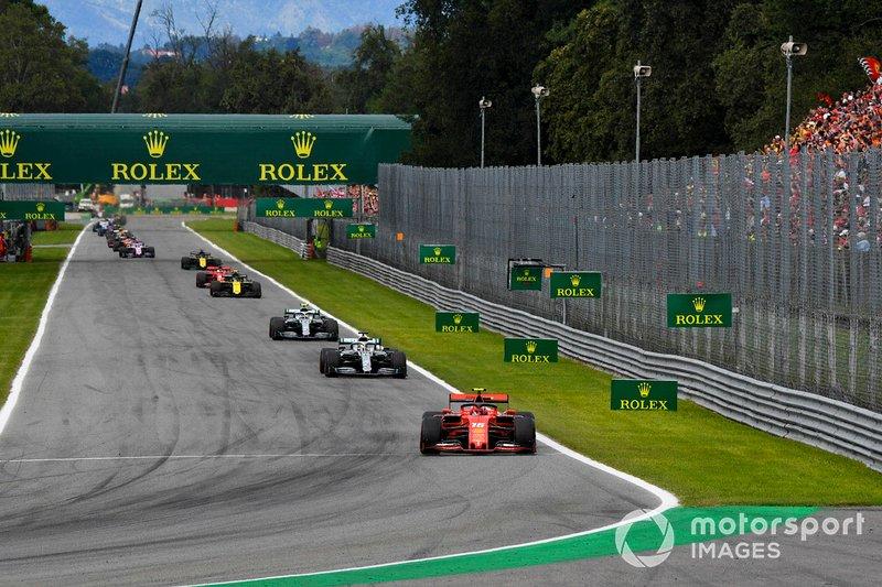 Charles Leclerc, Ferrari SF90, mène Lewis Hamilton, Mercedes W10, et Valtteri Bottas, Mercedes W10 au Parabolica dans le premier tour