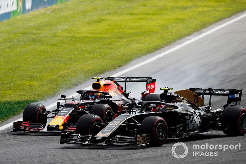 Kevin Magnussen, Haas F1 Team VF-19 et Alex Albon, bataille de Red Bull Racing RB15