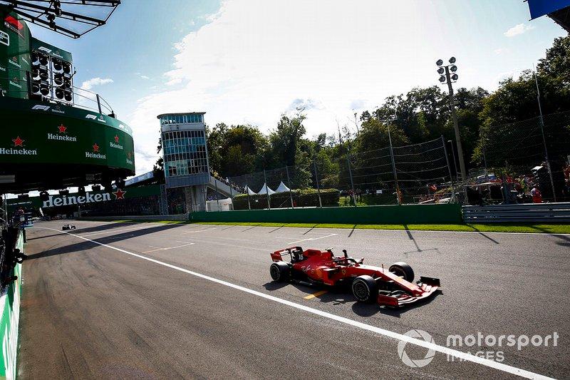 Le vainqueur de la course Charles Leclerc, Ferrari SF90 célèbre franchir la ligne darrivée