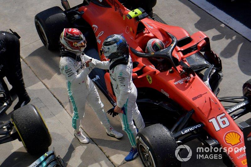 Lewis Hamilton, Mercedes AMG F1, 3ème position et Valtteri Bottas, Mercedes AMG F1, 2ème position, au Parc Fermé