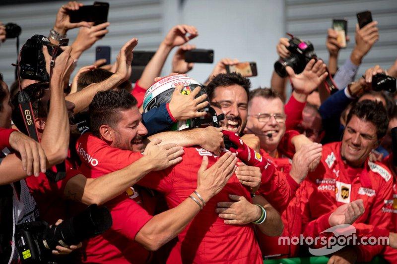 Le vainqueur de la course Charles Leclerc, Ferrari fête avec son équipe dans le parc fermé