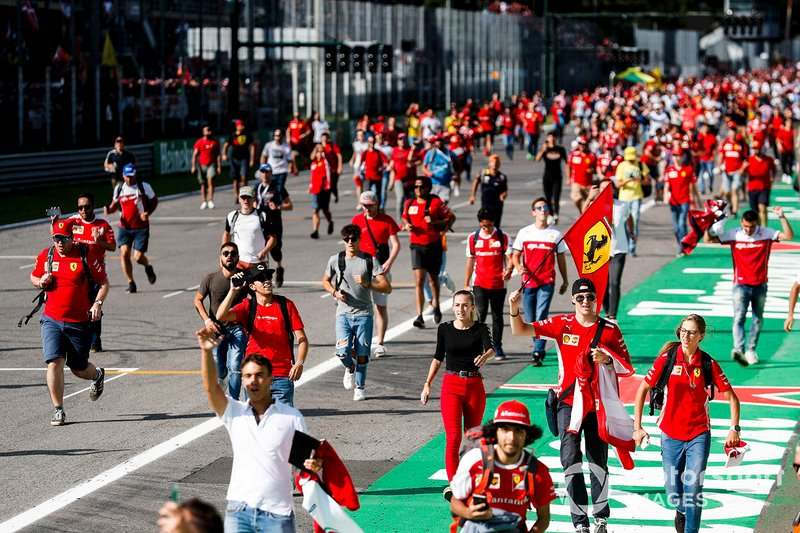 Tifosi prend dassaut la piste avec un drapeau Ferrari