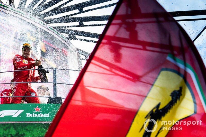 Charles Leclerc, vainqueur de la course, Ferrari célèbre le podium avec le champagne