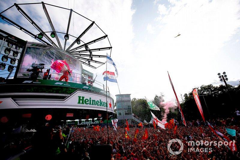 Charles Leclerc, vainqueur de la course, Ferrari célèbre le podium avec le trophée