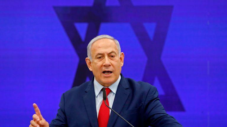 Le Premier ministre israélien Benjamin Netanyahu fait une déclaration à Ramat Gan, près de la ville côtière israélienne de Tel Aviv, le 10 septembre 2019. - Le Premier ministre israélien Benjamin Netanyahu a pris le 10 septembre une promesse profondément controversée d'annexer la vallée du Jourdain dans l'ouest occupé. Banque si réélu le 17 septembre aux urnes. Il a également réitéré son intention d'annexer les colonies de peuplement israéliennes dans toute la Cisjordanie s'il était réélu, mais en coordination avec le président américain Donald Trump, dont le plan de paix attendu depuis longtemps devrait être dévoilé peu après le vote. (Photo de Menahem KAHANA / AFP) (Le crédit photo devrait se lire MENAHEM KAHANA / AFP / Getty Images)