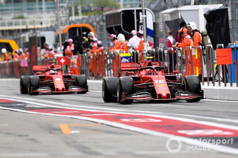 Charles Leclerc, Ferrari SF90, mène Sebastian Vettel, Ferrari SF90, dans la voie des stands