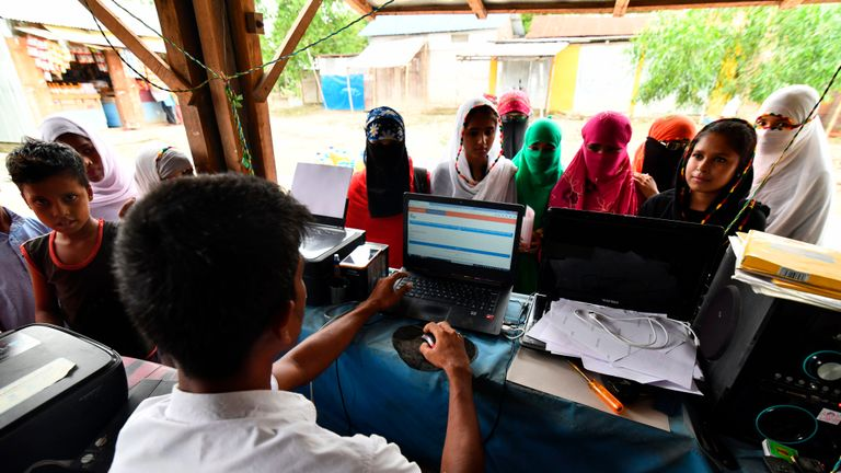 Les gens vérifient leurs noms sur la liste finale du registre national des citoyens (NRC) dans un magasin situé en bordure de route dans le village de Pavakati, dans le district de Morigoan, à environ 70 km de Guwahati, la capitale de l'État d'Assam, dans le nord-est de l'Inde, le 31 août 2019. - Près de deux millions de personnes dans le nord-est de l'Inde sont devenues apatrides le 31 août après que l'État d'Assam a publié une liste de citoyenneté visant à éliminer