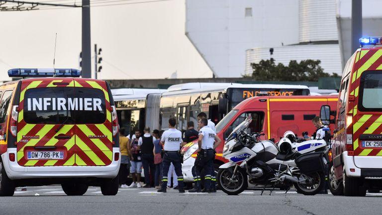 Les services d'urgence sont à l'œuvre à Villeurbanne, dans la banlieue de Lyon, dans le sud-est de la France, le 31 août 2019, après l'attaque au couteau qui a fait un mort et six blessés. - Deux hommes, l'un avec un couteau et l'autre avec une brochette, ont lancé l'attaque à Villeurbanne, dans le sud-est de la France, sans donner plus de détails sur le motif de l'agression. (Photo de PHILIPPE DESMAZES / AFP) (Le crédit photo devrait correspondre à PHILIPPE DESMAZES / AFP / Getty Images)