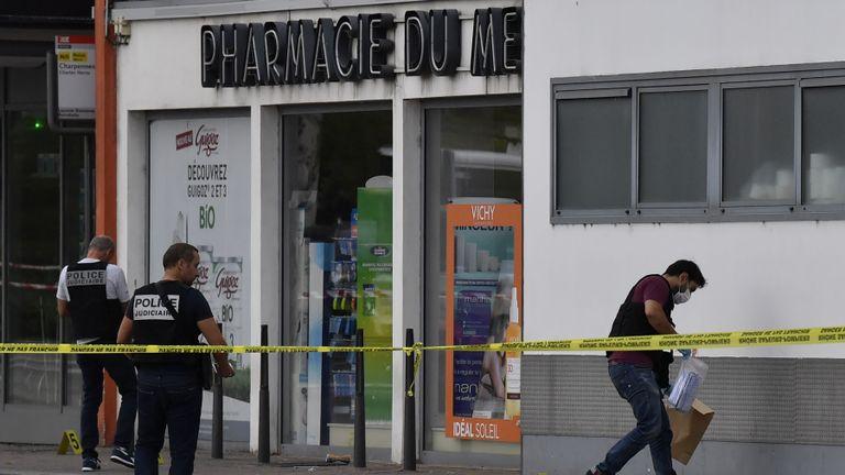 Des policiers recherchent des preuves devant une pharmacie à Villeurbanne, dans la banlieue de Lyon, dans le sud-est de la France, le 31 août 2019, après l'attaque au couteau qui a fait un mort et six blessés. - Deux hommes, l'un avec un couteau et l'autre avec une brochette, ont lancé l'attaque à Villeurbanne, dans le sud-est de la France, sans donner plus de détails sur le motif de l'agression. (Photo de PHILIPPE DESMAZES / AFP) (Le crédit photo devrait correspondre à PHILIPPE DESMAZES / AFP / Getty Images)