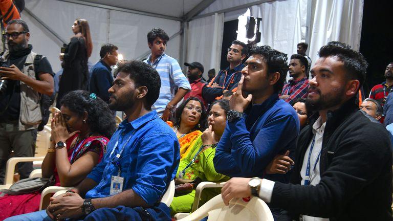 Les employés de l'Organisation indienne de recherche spatiale (ISRO) réagissent devant la retransmission en direct du débarquement en douceur du satellite Vikram Lander de Chandrayaan-2 à la surface de la Lune au centre de télémétrie, de suivi et de commande (ISTRAC) de l'ISRO à Bangalore début septembre 7, 2019. - L'Inde a perdu la communication avec son vaisseau spatial non habité le 7 septembre, juste avant d'atterrir sur la Lune, ce qui a entraîné un recul majeur des ambitions lunaires du pays face au regain d'intérêt pour le satellite de la Terre. (Photo de Manjunath Kiran / AFP) (Le crédit photo doit se lire comme suit: MANJUNATH KIRAN / AFP / Getty Images)