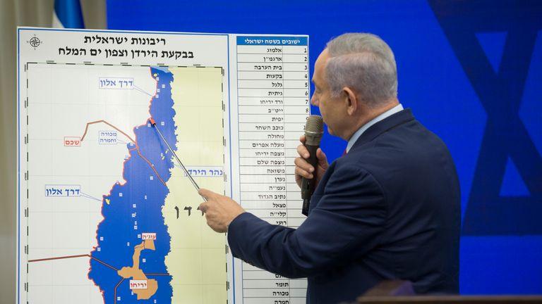 Ramat Gan, Israël - 10 septembre: le Premier ministre israélien Benjamin Netanyahu pointe vers une carte de la vallée du Jourdain lors de son annonce du 10 septembre 2019 à Ramat Gan, Israël. Netanyahu s'engage à annexer la vallée du Jourdain en Cisjordanie occupée s'il est réélu aux élections israéliennes du 17 SEPTEMBRE. (Photo par Amir Levy / Getty Images)