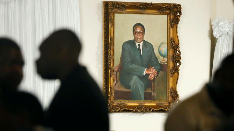 Grace Mugabe est assise au-dessous du portrait de son défunt mari, l'ancien président zimbabwéen Robert Mugabe, dans sa résidence «The Blue Roof» à Borrowdale, Harare (Zimbabwe), le 11 septembre 2010. REUTERS / Philimon Bulawayo