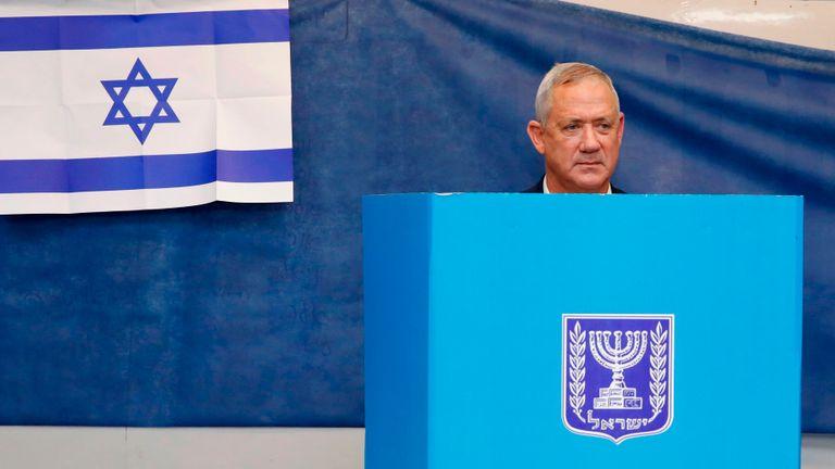 Le général israélien retraité Benny Gantz, l'un des dirigeants de l'alliance politique bleue et blanche (Kahol Lavan), a voté lors des élections législatives israéliennes dans un bureau de vote à Rosh Haayin, le 17 septembre 2019. (Photo de Jack GUEZ / AFP ) (Le crédit photo doit correspondre à JACK GUEZ / AFP / Getty Images)