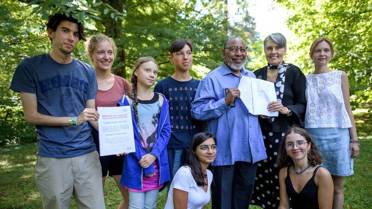 Des jeunes activistes du climat, dont Greta Thunberg (3ème L), posent avec Youba Sokona (4R), vice-présidente du Groupe d'experts intergouvernemental sur l'évolution du climat (GIEC), et Debra Roberts (3R), coprésidente du groupe de travail II du GIEC, Rapport du GIEC sur le changement climatique et l'atterrissage le 8 août 2019 à Genève. - L'humanité est confrontée à des compromis de plus en plus pénibles entre sécurité alimentaire et hausse des températures dans les décennies à venir, à moins de réduire les émissions et d'arrêter une agriculture non durable et la déforestation, a déclaré le GIEC, une évaluation climatique déterminante. Le 8 août 2019, des négociateurs de 195 pays de 195 pays ont finalisé l'évaluation scientifique la plus complète jamais réalisée sur la manière dont la terre que nous vivons influe sur le changement climatique, à l'issue du marathon organisé à Genève. (Photo de FABRICE COFFRINI / AFP) (Le crédit photo devrait correspondre à FABRICE COFFRINI / AFP / Getty Images)