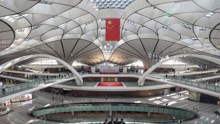 Les gens prennent des photos avant une cérémonie de lancement au nouvel aéroport international Daxing de Pékin le 25 septembre 2019. - Le nouvel aéroport futuriste de Pékin, qui devrait devenir l'un des plus achalandés au monde, a été ouvert par le président chinois Xi Jinping le 25 septembre. (Photo de STR / AFP) / China OUT (le crédit photo doit se lire STR / AFP / Getty Images)