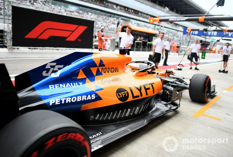 Carlos Sainz Jr., McLaren MCL34, dans les stands pendant les essais