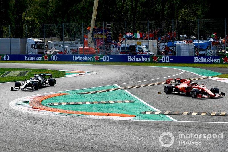 Charles Leclerc, Ferrari SF90 tire le corner tandis que Lewis Hamilton, Mercedes AMG F1 W10 poursuit