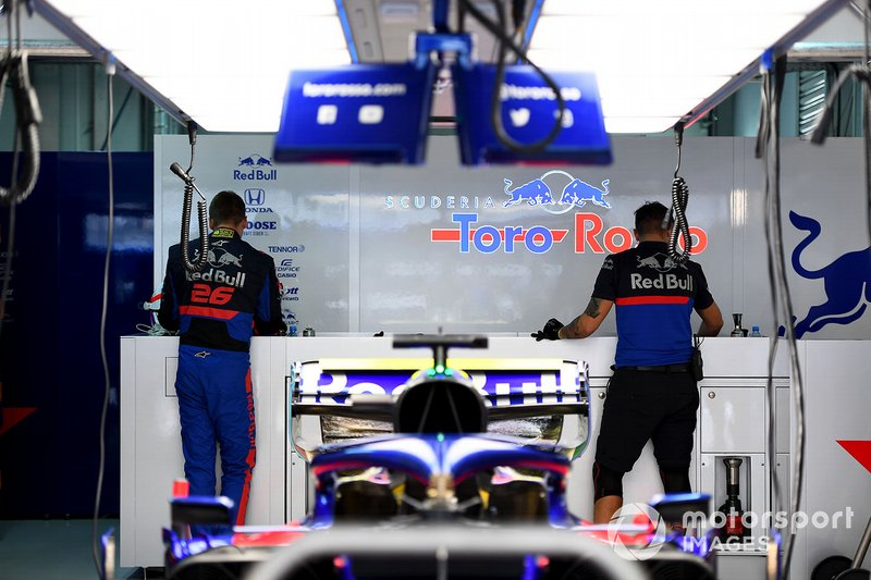 Daniil Kvyat, Toro Rosso, dans le garage