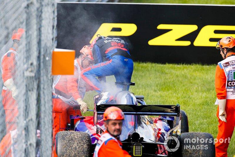 Daniil Kvyat, Toro Rosso STR14 se retire de la course