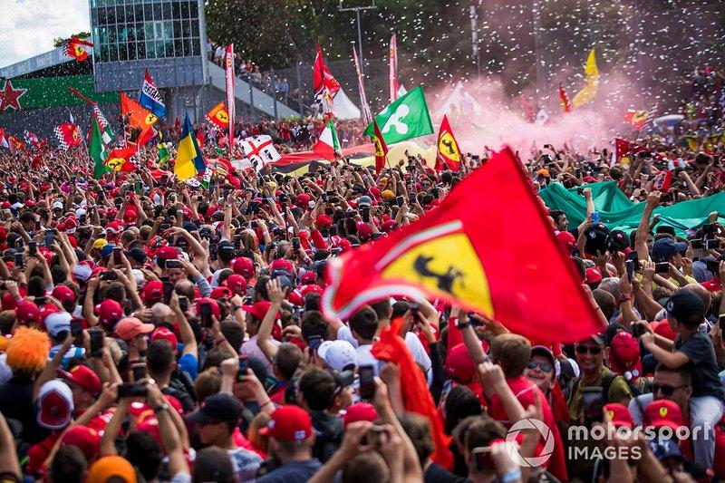 Les fans célèbrent une victoire à domicile pour Ferrari