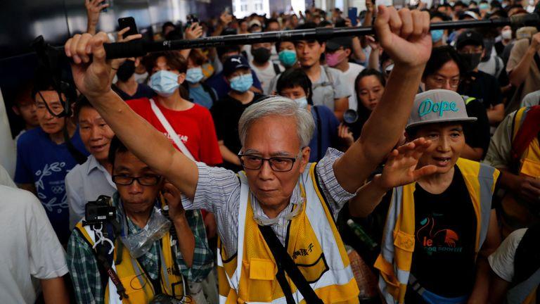 Un homme tente de bloquer la police anti-émeute lors d'une manifestation à la station de Tung Chung