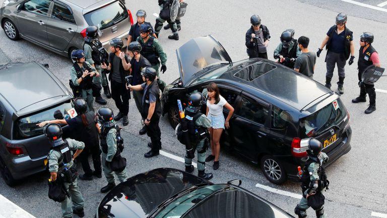 La police anti-émeute fouille des voitures près de la gare de Tung Chung