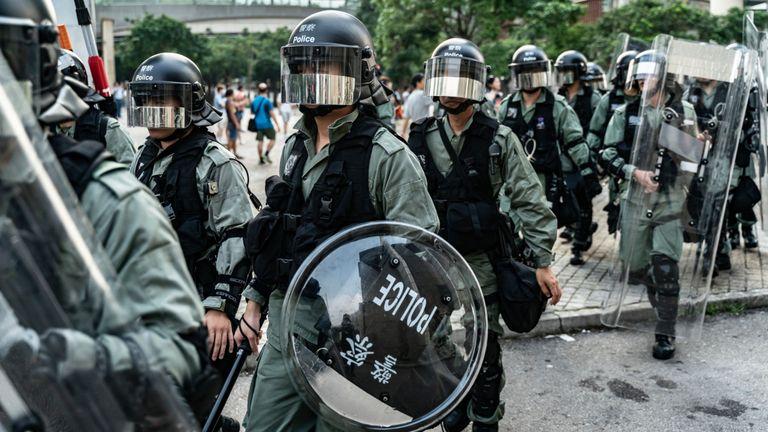 La police anti-émeute sécurise la zone située à l'extérieur de la gare de Tung Chung