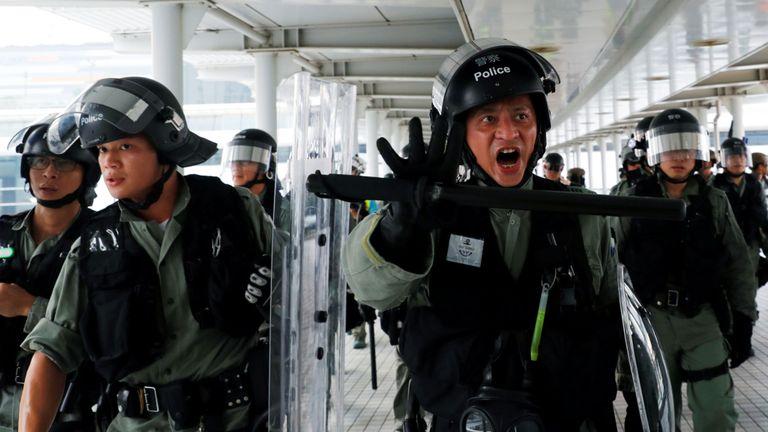 La police anti-émeute avance sur la station de Tung Chung pour gérer la foule