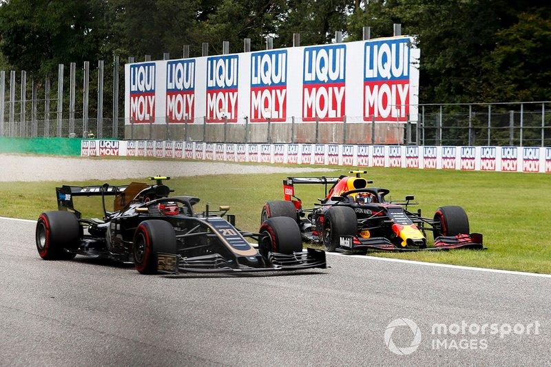 Kevin Magnussen, Haas VF-19 et Alex Albon, Red Bull Racing RB15 hors piste
