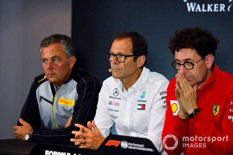 Mario Isola, responsable des courses, Pirelli Motorsport, Aldo Costa, conseiller technique, Mercedes AMG, et Mattia Binotto, directeur de lécurie Ferrari, lors dune conférence de presse