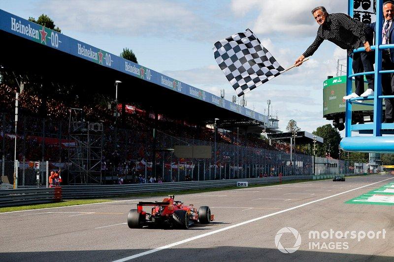 Le vainqueur de la course Charles Leclerc, Ferrari SF90 franchit la ligne darrivée avec Jean Alesi agitant le drapeau à damier