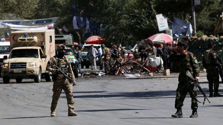 Les forces de sécurité sur le site d'un attentat à la bombe visant le rassemblement pour la campagne du président