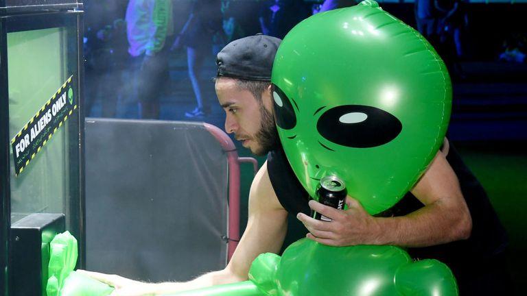 Des fêtards s'amusent avec un extraterrestre gonflable lors d'une célébration Area 51 à Las Vegas jeudi