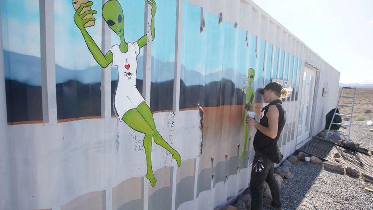 Un artiste peint ce week-end un bâtiment près de l'événement Storm Area 51