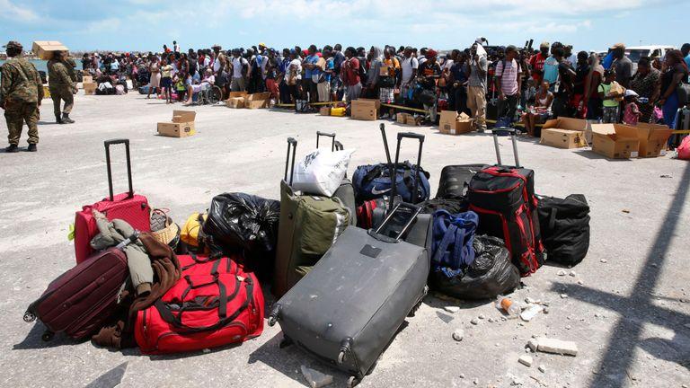 Les gens attendent pour être évacués dans des bateaux privés au port de Marsh Harbour, dévasté par l'ouragan, sur l'île de Grand Abaco le 6 septembre 2019.