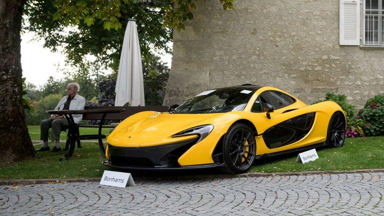 Une photo prise le 28 septembre 2019 à l'abbaye de Bonmont à Cheserex, dans l'ouest de la Suisse, montre un modèle réduit de voiture McLaren P1 lors d'une prévisualisation aux enchères par la société de vente Bonhams de voitures de sport appartenant au fils du président de la Guinée équatoriale.
