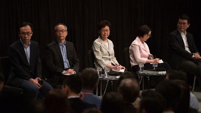 La directrice générale de Hong Kong, Carrie Lam (C), et un groupe de responsables gouvernementaux ont pris part à une réunion publique