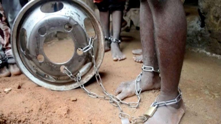 Personnes aux jambes enchaînées au Nigeria