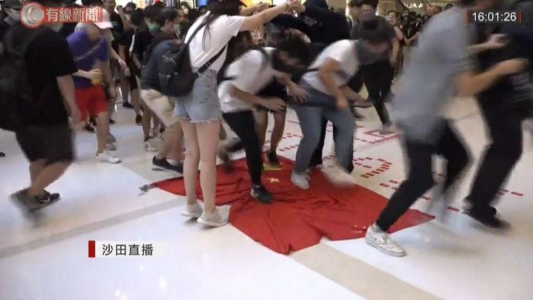 Des militants démocrates à Hong Kong ont été filmés piétinant le drapeau chinois alors que les manifestations se poursuivent