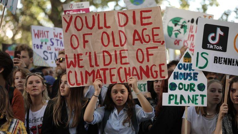 ONDON, Angleterre - 20 septembre: les enfants brandissent des pancartes lors de la grève mondiale pour le climat le 20 septembre 2019 à Londres, en angleterre. Des millions de personnes descendent dans les rues du monde entier pour participer à des manifestations inspirées par l'activiste suédoise Greta Thunberg. Les étudiants se préparent à sortir des leçons de ce qui pourrait être la plus grande manifestation contre le climat de l'histoire. (Photo de Dan Kitwood / Getty Images)