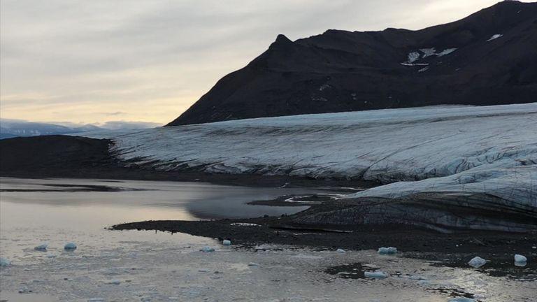 Un glacier près de Ny Alesund, une base de recherche sur l'archipel norvégien de Svalbard, à 800 km du pôle Nord