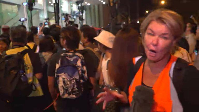 Carrie Lam mène des discussions avec des membres du public dans le cadre d'une séance de dialogue spéciale destinée à résoudre les troubles politiques de la ville.