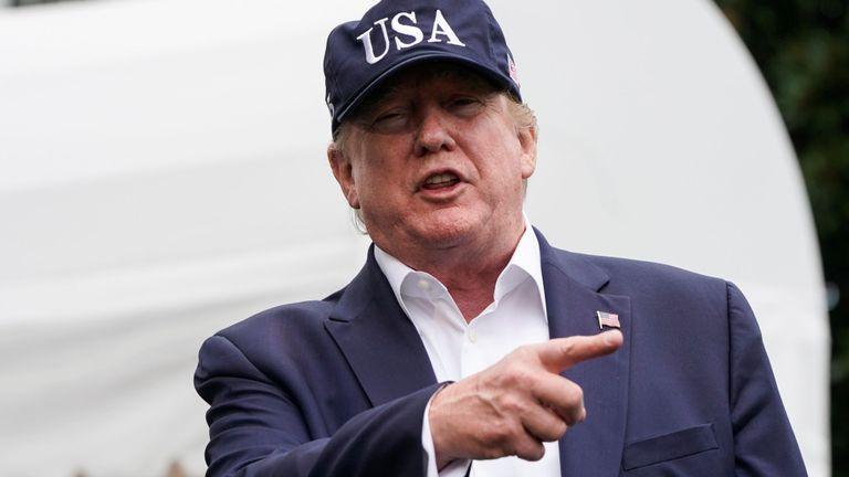 Le président américain Donald Trump parle aux médias alors qu'il retourne à la Maison Blanche