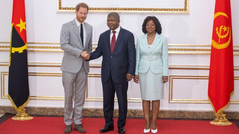 Alors que Meghan a rencontré des militants au Cap, le prince Harry a rencontré le président angolais Joao Lourenco et son épouse, Ana Dias Lourenco, au palais présidentiel de Luanda, en Angola.