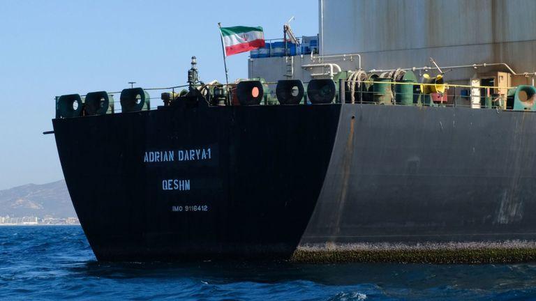 Un drapeau iranien flotte à bord du pétrolier Adrian Darya, anciennement connu sous le nom de Grace 1, au large de Gibraltar