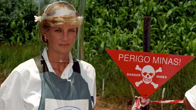 Photo d'archive datée du 15/01/97 et montrant la princesse de Galles Diana portant une visière anti-bombes lors de sa visite sur un champ de mines à Huambo, en Angola. Le duc de Sussex a revêtu une armure corporelle et une visière de protection pour traverser un champ de mines partiellement déminé lors d'une visite au Halo Trust de Dirico, en Angola, dans des scènes rappelant sa mère Diana, le cinquième jour de la tournée royale en Afrique. PA Photo. Date d'émission: le vendredi 27 septembre 2019. Voir l'histoire de PA Tour ROYAL. Le crédit photo devrait se lire comme suit: John Stillwell / PA Wire