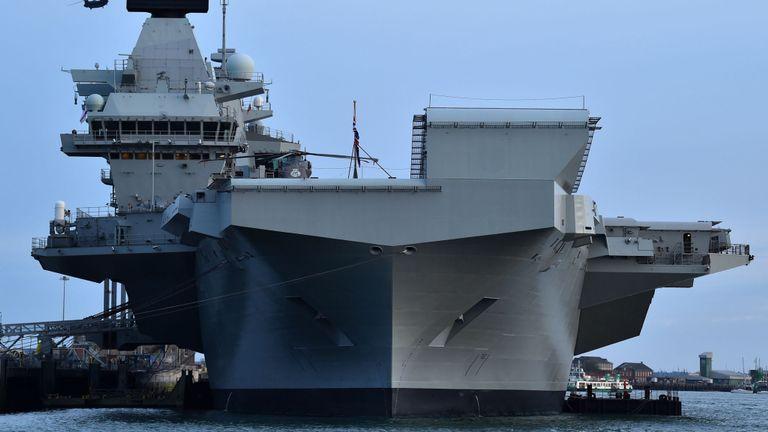 Le porte-avions HMS Queen Elizabeth à Portsmouth en juin