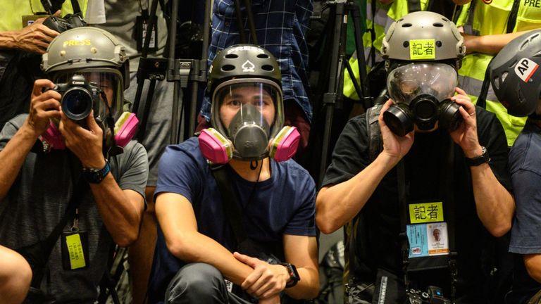Les journalistes portaient un équipement de protection et des gilets haute visibilité lors d'une conférence de presse