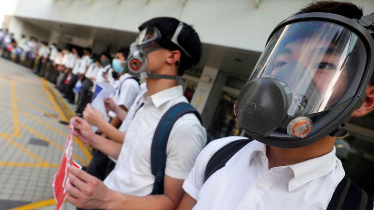 Des écoliers forment une chaîne humaine pour protester contre les brutalités policières contre les manifestants